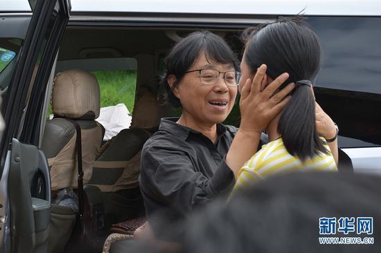 张桂梅到学生家家访(2019年8月1日摄)。新华网 和红艳 摄