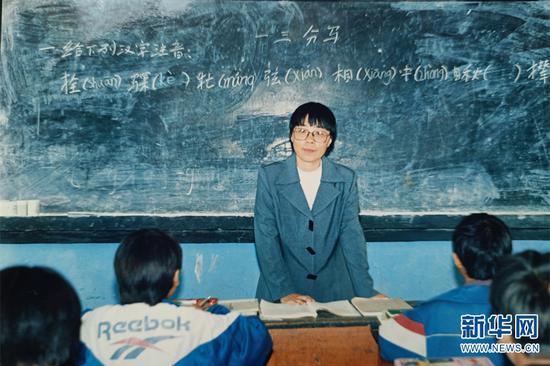 1998年,张桂梅在华坪民中任教,当时她刚做完第二次手术(资料图)。新华网发(华坪县融媒体中心 供图)