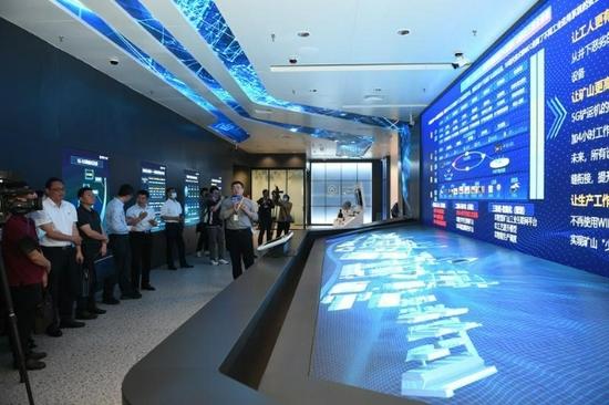 ▲记者参观联创+云南5G实验室