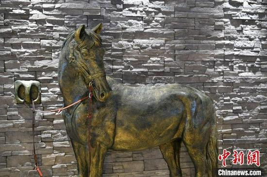 图为茶马古道小吃城的马帮主题墙面雕塑。 李嘉娴 摄