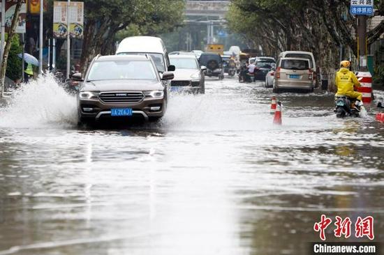 图为8月9日,暴雨造成昆明主城区内多条道路不同程度积水。 李嘉娴 摄