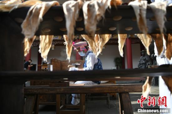 制茶师用蒸气蒸制茶叶,便于揉捻和压制成型。