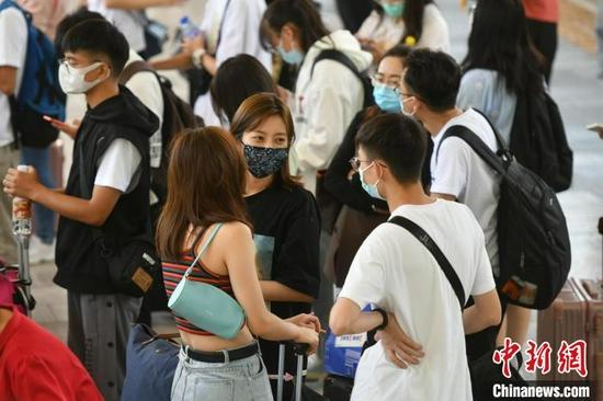10月1日,前往大理方向的旅客在昆明站排队乘车。 刘冉阳 摄