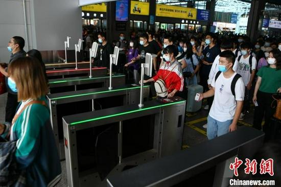 10月1日,旅客在昆明站排队进站。 刘冉阳 摄