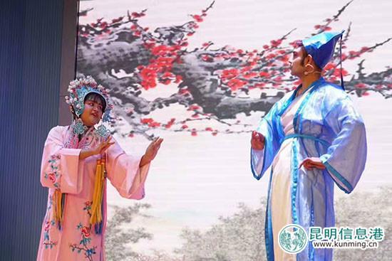 麦杜和朱娜表演黄梅戏。供图