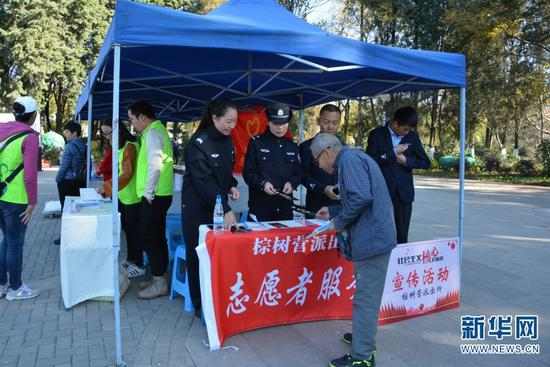 公安民警志愿者在西山区分会场为市民发放宣传册。(供图)