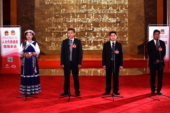 """1月27日上午,多名云南省人大代表走上""""代表通道"""",与记者面对面交流沟通。"""