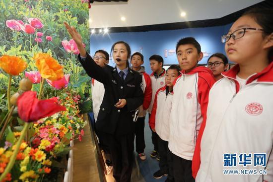 工作人员向参观学生讲解禁毒知识。
