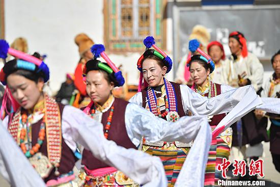 图为3月22日,梅里雪山脚下,西当村的藏族民众在春日暖阳中,隆重庆祝一年一度的传统节日——舒古尼苏节。 中新社记者 刘冉阳 摄