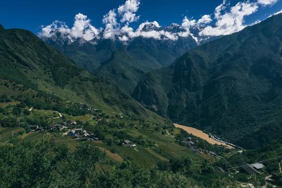 徒步开始不久遇到的村庄。摄影:liangL_