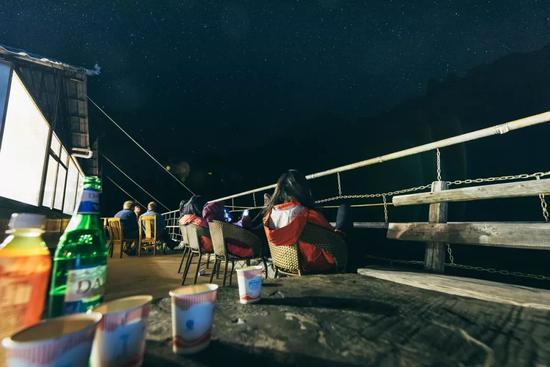 在客栈阳台,背靠哈巴,抬头可见玉龙。摄影:liangL_