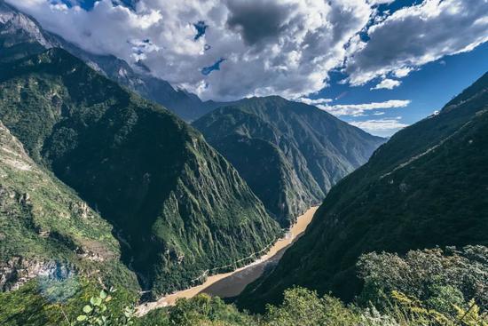 虎跳峡两岸,分别是哈巴和玉龙雪山。摄影:liangL_
