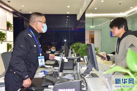 11月3日,市民(右)在昆明滇池国家旅游度假区政务服务中心办理业务。新华社记者 林碧锋 摄