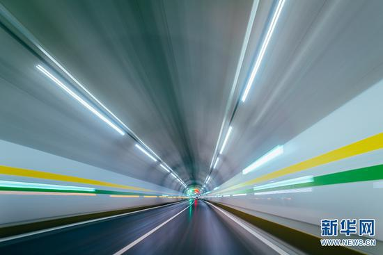 墨临高速公路沿线隧道内部。新华网发 (供图)