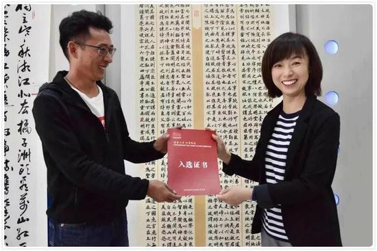 李劲为文学艺术家代表颁发作品入选证书