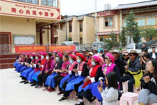 香格里拉文化惠民进乡村 文艺演出丰富群众文化生活