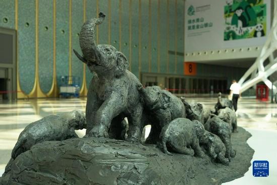 这是由袁熙坤创作的COP15主题雕塑大象群雕作品《生物的长城脊》。(丁凝 摄)