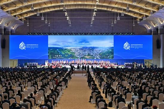 ↑10月11日,《生物多样性公约》第十五次缔约方大会在云南昆明开幕。这是开幕式上的云南民族特色演出。新华社记者 李鑫 摄