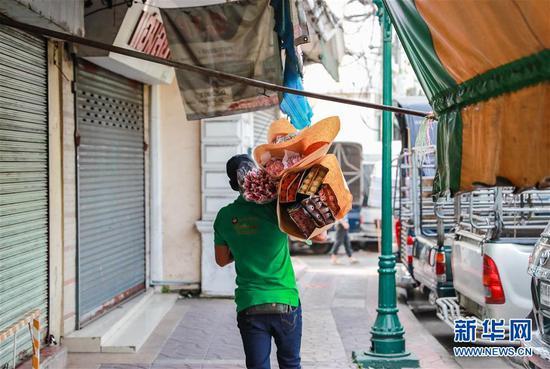 2月10日,在泰国曼谷,锦泰花卉的工作人员将从云南运来的鲜花送往当地花店。 新华社记者 张可任 摄