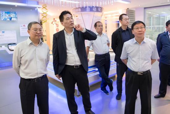 参观漕河泾新兴技术开发区规划展示厅 通讯员冯靖凯/摄