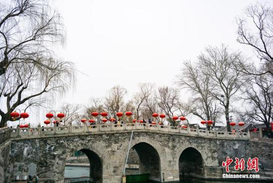 资料图:2月14日,北京市民利用春节假期在北海公园内赏景休闲。 中新社记者 侯宇 摄