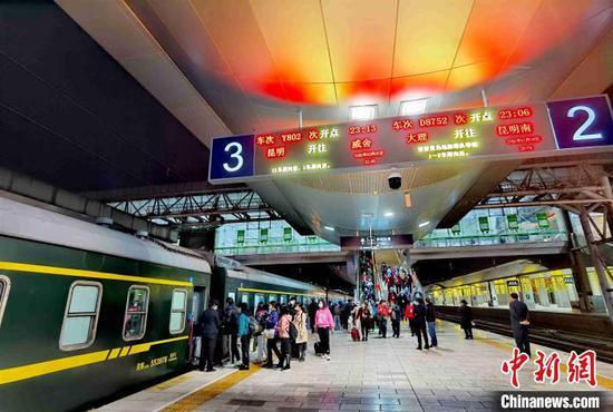 图为游客搭乘云南首趟春游专列。 杨航 摄