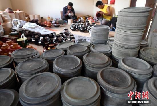 """资料图:云南省迪庆藏族自治州德钦县奔子栏镇被誉为""""木碗之乡"""",益西家族是当地最大的藏族传统木制品世家。中新社记者 李进红 摄"""