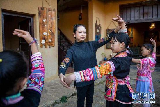 11月21日,张萍在那夺村彩云计划公益志愿服务中心指导孩子们练习舞蹈。新华社发(陈欣波 摄)