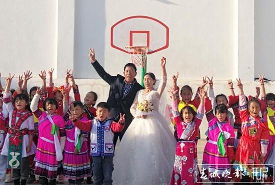 云南大山深处 一群志愿者帮村小校长圆了一个梦