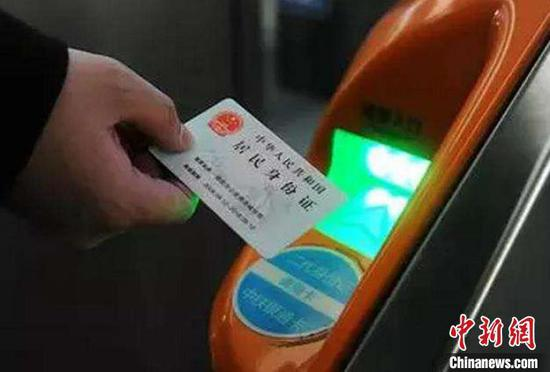 旅客刷身份证即可进站乘车。中国铁路上海局集团有限公司供图