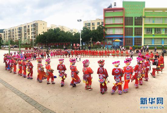楚雄市栗子园社区持续开展丰富多彩的文化娱乐活动(摄于5月25日)。(新华网 刘馨蔚 摄)