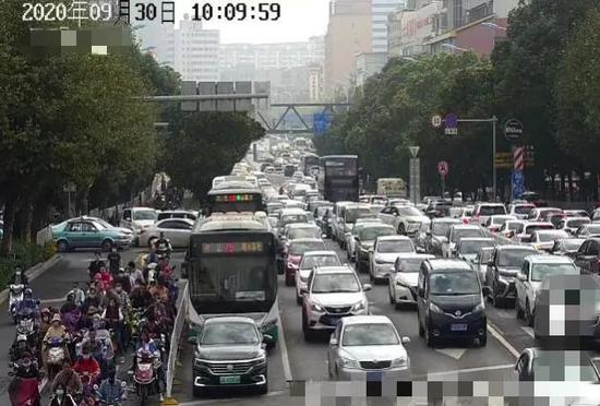 路口高峰时段拥堵情况图