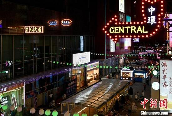图为昆明市呈贡新城的摩登港风街区夜景。 李嘉娴 摄