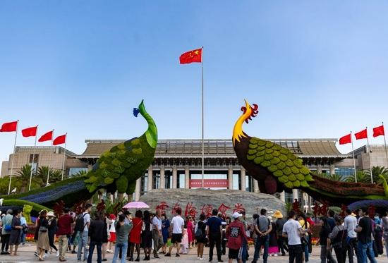 ↑10月2日,人们在昆明市海埂会堂前游玩。新华社记者 陈欣波 摄