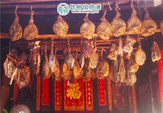 杨斌全制作的诺邓火腿。记者宋建波/摄
