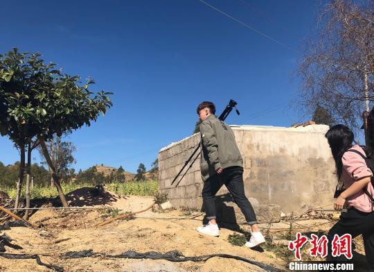 图为拍摄小组在前往村民家的路上 杨钏杰 摄