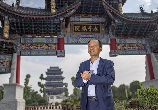李国伟在位于云南省保山市的永子棋院介绍当地围棋文化发展情况(5月12日摄)。