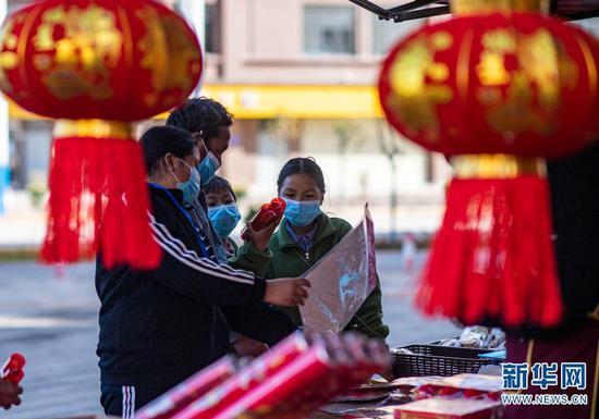石元顺一家在购买春联(2月10日摄)。