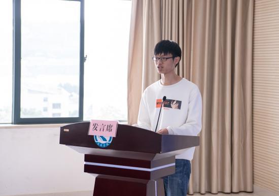 毕业生代表发言 通讯员冯靖凯/摄