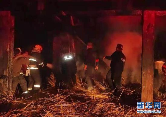 2月14日,消防人员在云南翁丁老寨火灾现场扑救。新华社发