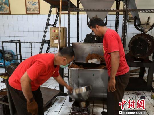 图为工人正在磨制咖啡粉。林永传 摄