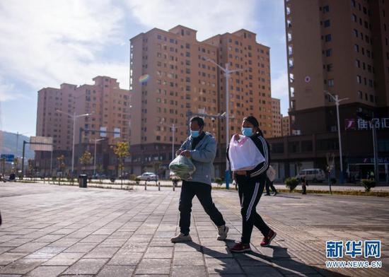 石元顺带着年货回家(2月10日摄)。