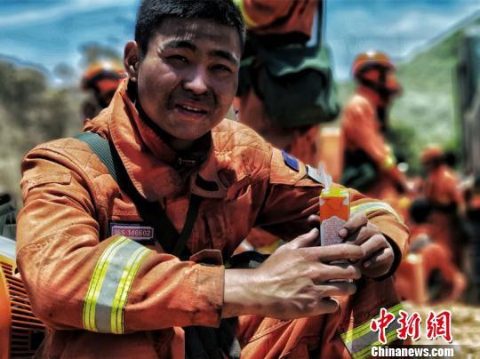 图为连续奋战三天的森林消防员在做短暂休整。云南省森林消防总队供图