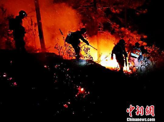 图为火灾现场。昆明市森林防火指挥部办公室官微截图