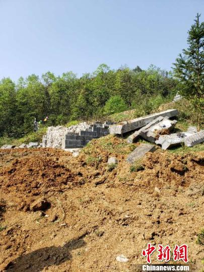 """图为被拆除的""""活人墓""""。镇雄县委宣传部供图 摄"""