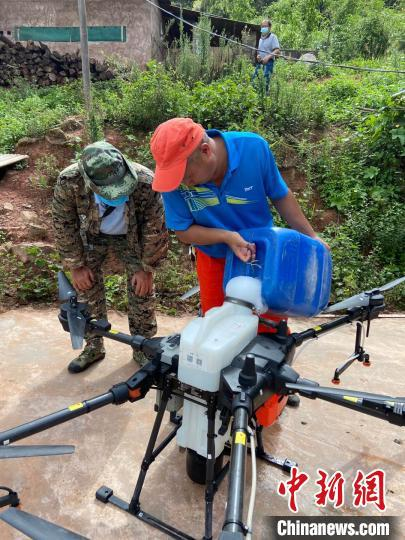 图为林草部门阻截防控黄脊竹蝗。云南省林业和草原局提供