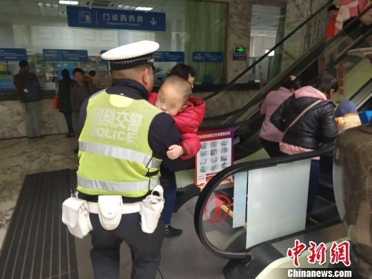 图为交警抱着孩子跑入医院。曲靖交警提供