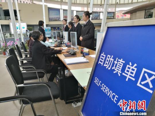 企业代表在中国(云南)自由贸易试验区昆明片区综合服务中心办理业务。 胡远航 摄