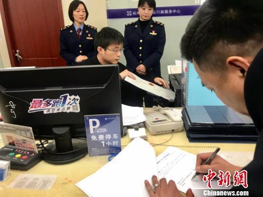 资料图:杭州市市场监管局帮助企业实现当日准入准营。 张煜欢 摄