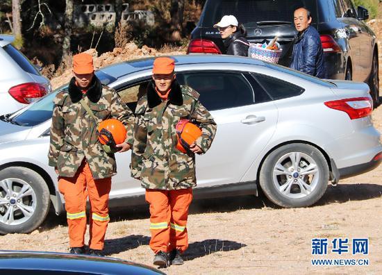 张燕波(右一)巡护重点林区。(新华网发)